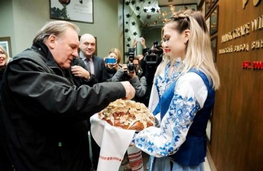 Стивен Сигал и Жерар Депардье одобрили молдавское вино, продаваемое под белорусской торговой маркой